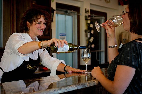 Saint Jo, Teksas: Enjoy tasting award winning wines poured by our tasting room associates