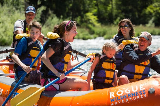 Merlin, Oregón: Family rafting fun with Morrison's Rogue Wilderness Adventures.