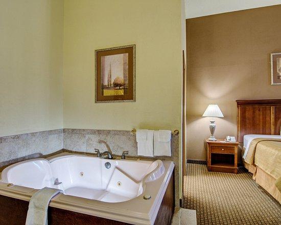 Quality Inn: VAJacuzzi Suite
