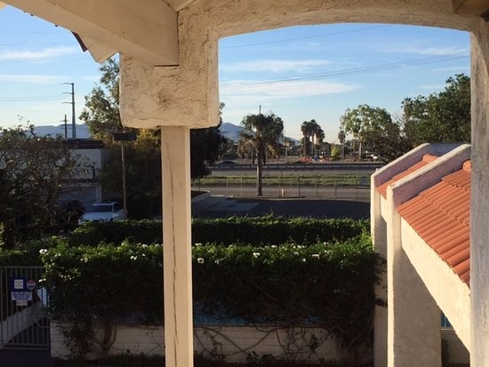 Best Western Camarillo Inn: That road is the freeway. View from walkway in front of our room. Freeway is very close & noisy.