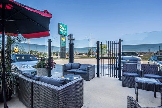 Winkler, Canada: Hotel patio