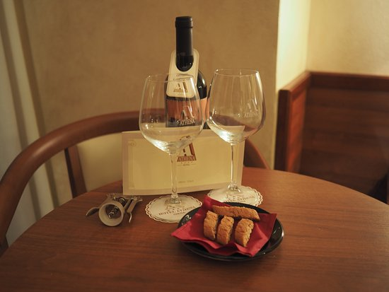 Hotel Athena: Complimentary welcome wine and biscotti