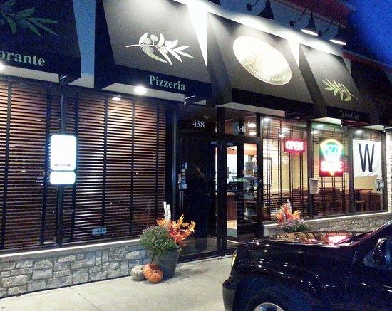 """เบนเซนวิลล์, อิลลินอยส์: front of & entrance to Mamma Maria's Pizzeria - sporting a Cubs """"win"""" flag"""