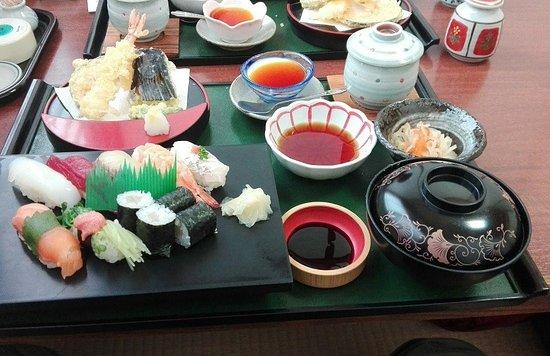 Togitsu-cho, Giappone: 【なか富】寿司と天ぷらの定食