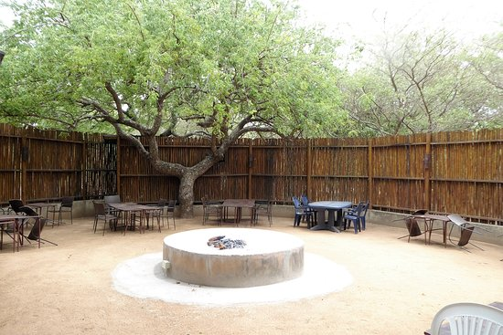 Pezulu Tree House Game Lodge: Dinner area (fine weather)