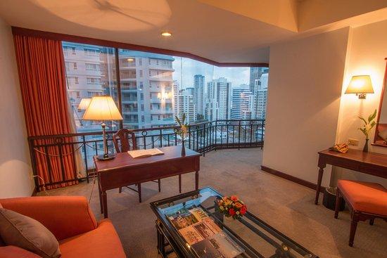 Tai-Pan Hotel: Suite Living Room