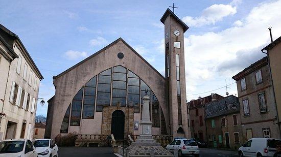 Façade extérieure de Notre Dame d'Alban avec son grand vitrail