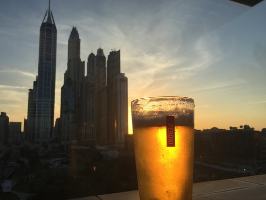 Radisson Blu Hotel, Dubai Media City: Golden Sunset at the rooftop bar - food ok - nothing amazing but easy to get to if staying in ho