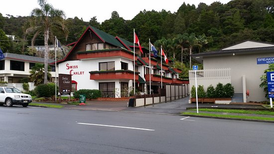 Swiss Chalet Lodge Motel: Hotel from Steet