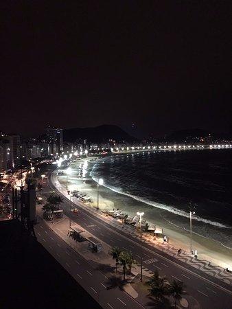 Orla Copacabana Hotel: Vista da piscina a noite