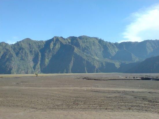 Sand Sea: Dibatasi oleh Tebing-tebing yang Indah