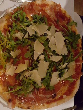 pizza met Iberico, rucola en Parmezaan