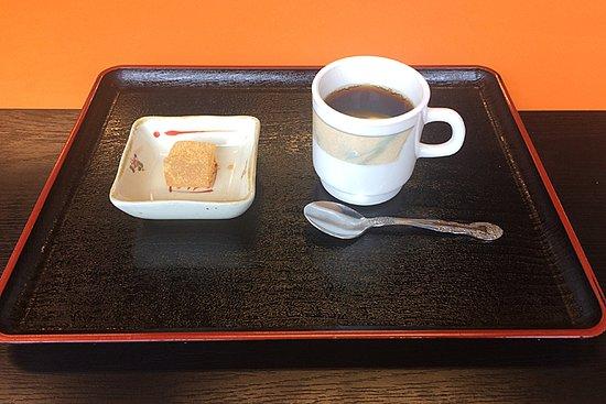 Warabi, Japan: サービスのコーヒーと和菓子(このときはわらび餅でした)