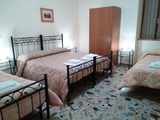 Camera da letto matrimoniale con due letti singoli in aggiunta ...