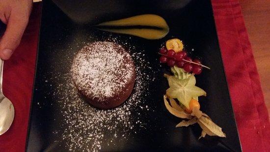 Lezay, Γαλλία: Moelleux chocolat coeur coulant et macaron praliné... au top !