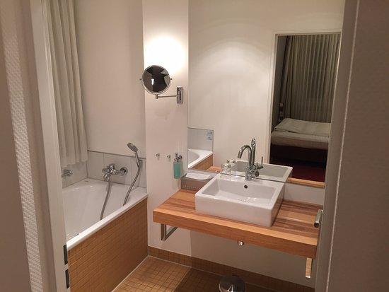 Parkhotel Wolfsburg: Rechts ist die Dusche, nicht am Foto ersichtlich
