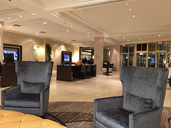 Sheraton Suites Country Club Plaza: フロントのレセプション横