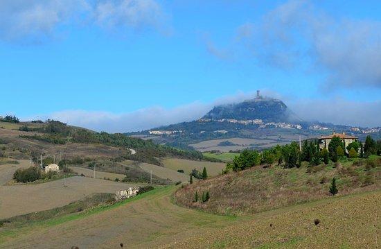 Radicofani, Itália: La vue sur la forteresse à partir de la Via Francigena