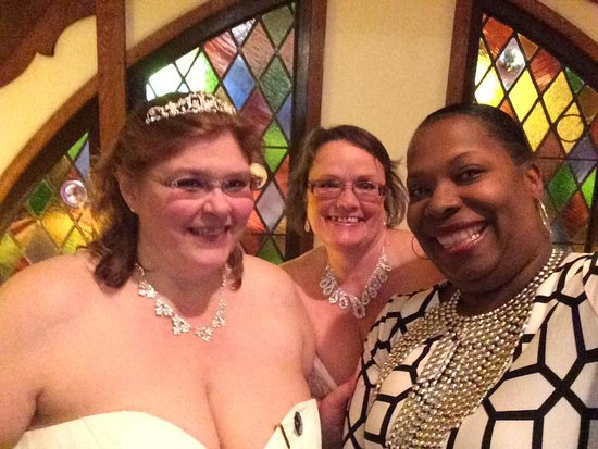 Historic Summit Inn: selfie with brides