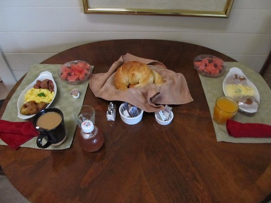 Whale Watch Inn by the Sea: delicious breakfast brought our room!