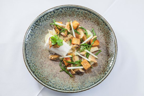 Austwick, UK: Poached Lemon sole - Crispy Potato, Smoked Mussels, Mushroom, Samphire