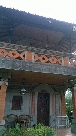 Ubud Bungalow: Les terrasses des chambres du premier sont immenses. Les portes en bois magnifiques