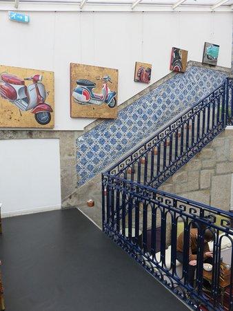 Gallery Hostel: Escalier pour descendre dans l'espace bar + restauration