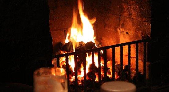 Achill Island, Ierland: Fireside at The Valley House Bar Achill