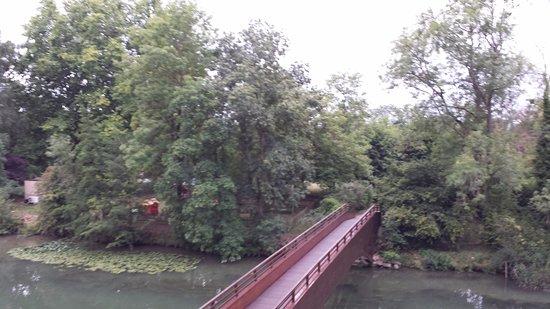Connelles, Γαλλία: En la otra orilla está la piscina exterior y zona infantil
