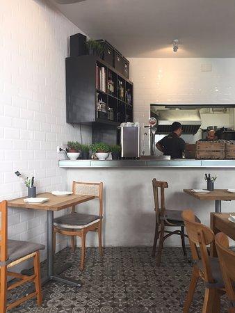 El comedor con la barra y la cocina al fondo picture for Olea comedor cuenca