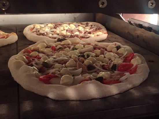 Le Rouret, France: Pizza Thon pendant la cuisson
