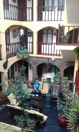 أوستال كوسي واسي: Disfrutando la mañana con un delicioso café de la zona en un acogedor ambiente común del hotel.