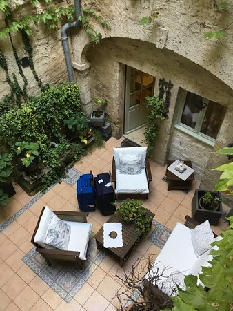 Hotel De Vigniamont: Courtyard and room entrance from balcony