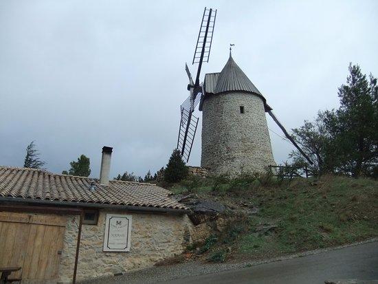 Les Maitres de Mon Moulin: Bakery beneath windmill