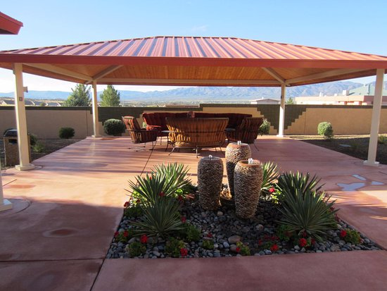 Highlands Resort at Verde Ridge: Patio with fountain and wonderful furniture.
