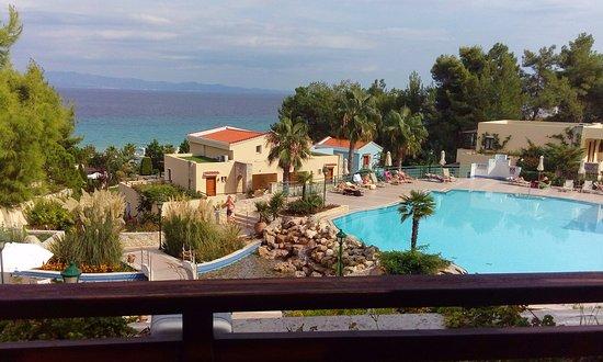 Aegean Melathron Thalasso Spa Hotel : Blick auf die Anlage unterhalb der Straße zum Meer