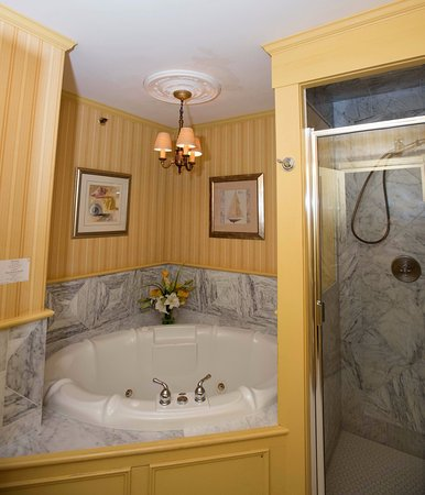 Ivy Lodge: The Turret whirlpool tub