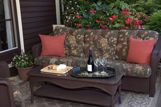 Ivy Lodge: relaxing wraparound porch