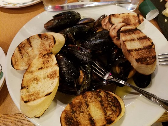 Woodstock, IL: Steamed Mussels