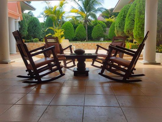 Hotel Los Pinos: Terraza para compartir y con vista a la piscina