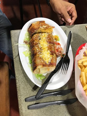 Морено-Вэлли, Калифорния: The bacon wrapped El Chapo, filled with moist flavorful carne asada