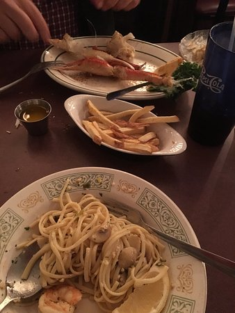 Danville, Πενσυλβάνια: My husband and I just almost completed our meal of ,2dozclams,salad,2lbcrablegs and shrimp scamp
