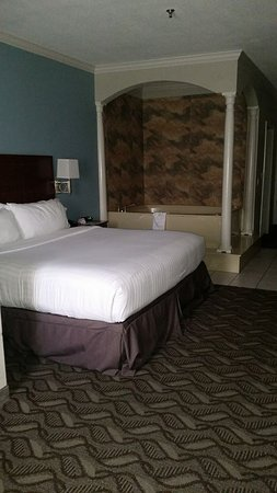 Holiday Inn Express Hotel & Suites Lake Charles: The King Jacuzzi suite is very luxurious.