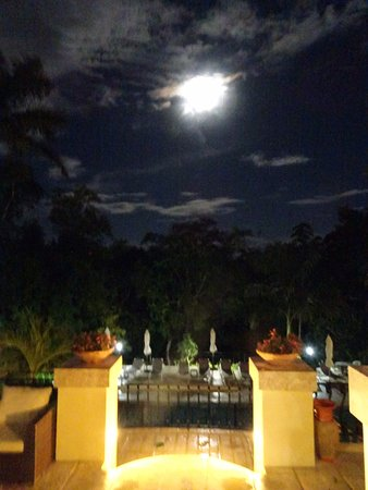 San Ignacio Resort Hotel: Looking down to the pool at night
