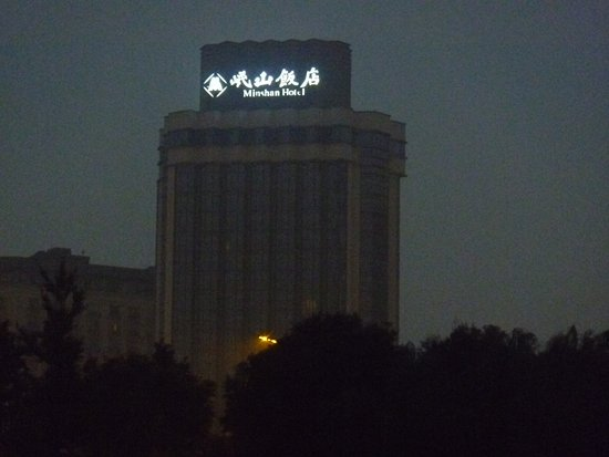 Minshan Hotel: 暗いうちの外観