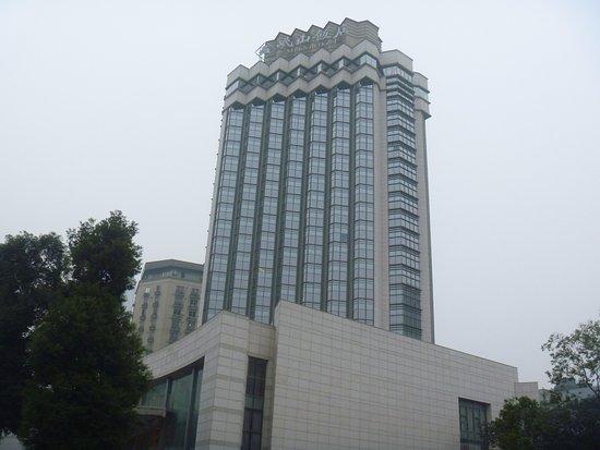 Minshan Hotel: 朝の外観