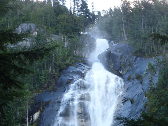 Squamish, Canadá: A powerful waterfall.
