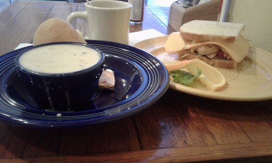Ukiah, Californien: Schats Bakeries and Cafes 1/2 sandwich with soup