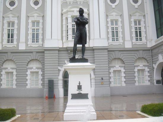 黒いラッフルズ卿像