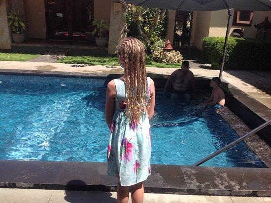 ปอนดอก อายุ: Looking over the pool area